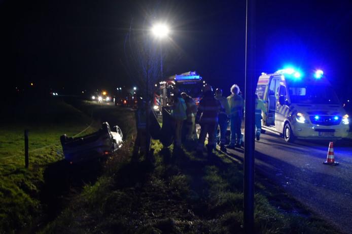 Op De Deukten in Giethoorn is maandagavond een auto over de kop geslagen en in een sloot tot stilstand gekomen.