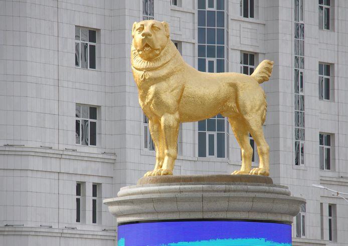 La statue de près de six mètres trône au beau milieu d'un rond-point fréquenté d'Achgabat, la capitale du Turkménistan.