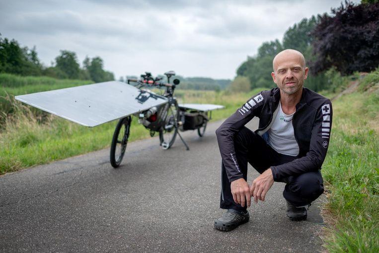 Raf Van Hulle bij zijn zonnefiets, voor zijn vertrek.