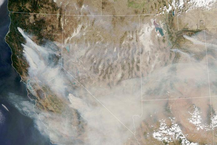 Satellietbeelden toonden eerder al dat een deel van de rook naar het oosten van de VS is gewaaid.