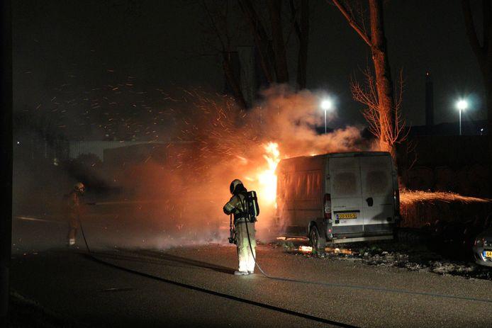 Een bestelbus is uitgebrand op het industrieterrein Lage Weide in Utrecht