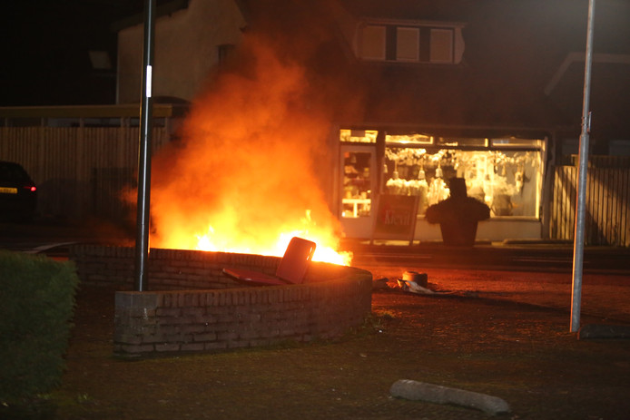 Ook op 7 december werden er al autobanden in brand gestoken midden in Waardenburg.