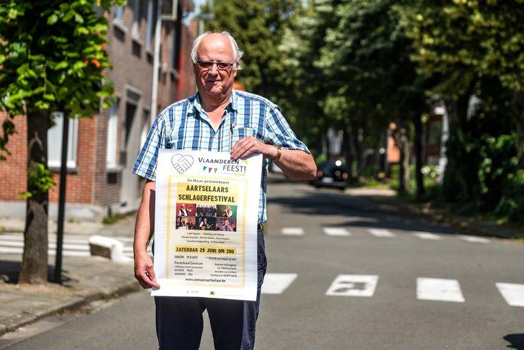 Ludo Segers van Zo Maar Aartselaar met de affiche van het festival.