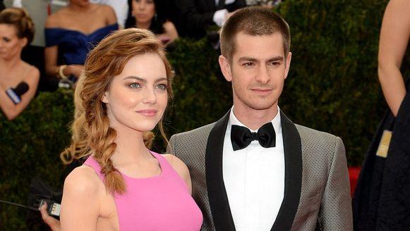 Emma Stone en Andrew Garfied op de rode loper van het Met Gala.