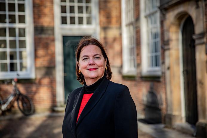 De Portugese tolk Liesbeth Slot uit Deventer voor het voormalig kantongerecht in Deventer.