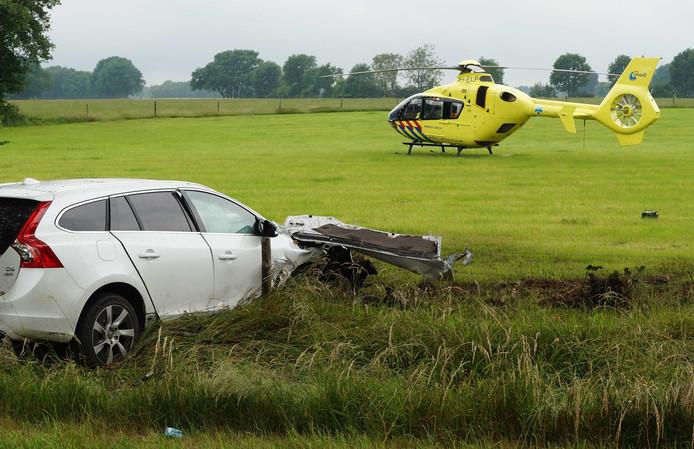 Hulpverleners bij een ongeluk met een gestolen auto in het Gelderse Zelhem.