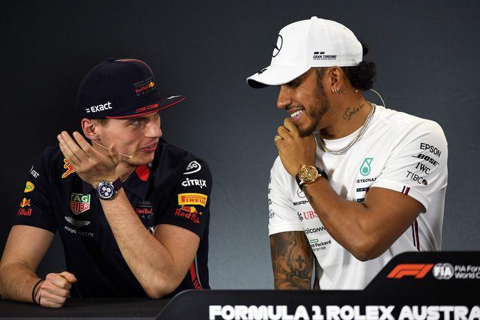 Max Verstappen in onderonsje met Lewis Hamilton.