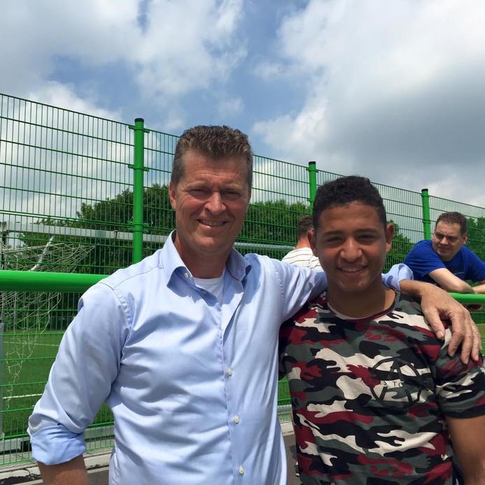 Ayrton Statie keek met FC Oss-directeur Peter Bijvelds naar de oefenwedstrijd van FC Oss.