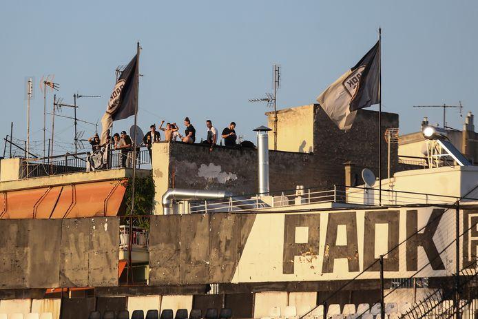 PAOK-fans moedigen hun ploeg aan vanuit het dak van het stadion.