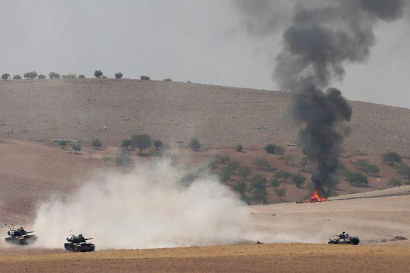 Archiefbeeld - Tanks van het Turkse leger passeren de Syrische grens in hun strijd tegen IS.