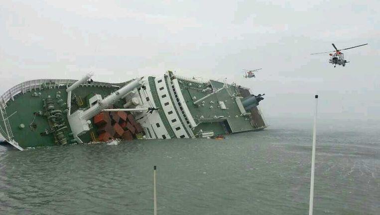De Zuid-Koreaanse veerboot Sewol is aan het zinken. Beeld epa