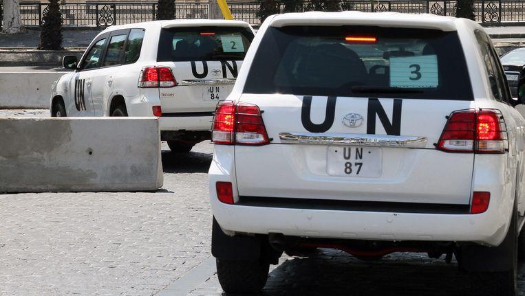 Het konvooi van de VN-inspecteurs rijdt weg bij hun hotel in Damascus, zaterdagochtend. Beeld EPA