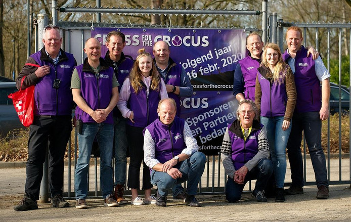 Het bestuur van Cross For The Crocus met links vooraan knielend initiatiefnemer en oud-voorzitter Jan-Willem Cornelisse. De nieuwe voorzitter, staand derde van links, is Hans Molewijk.