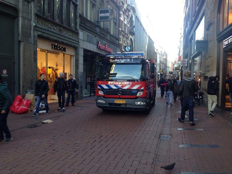 Ook de brandweer is aanwezig in de Kalverstraat Beeld Priscilla Tienkamp