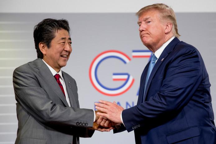 Le président américain Donald Trump et le Premier Ministre japonais Shinzo Abe se serrent la main à l'issue d'une conférence de presse dans le cadre du G7 le dimanche 25 août.