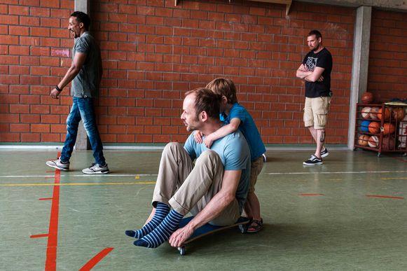 Zo'n veertig papa's kwamen zich samen met hun kleuter amuseren in de workshops.