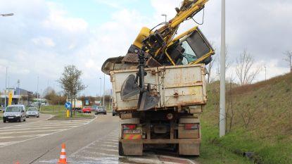 Video: Vrachtwagen met grijpkraan knalt tegen spoorwegbrug