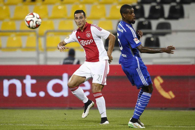 Ajax-speler Anwar el Ghazi in duel met Schalke 04-speler Felipe Santana Beeld anp