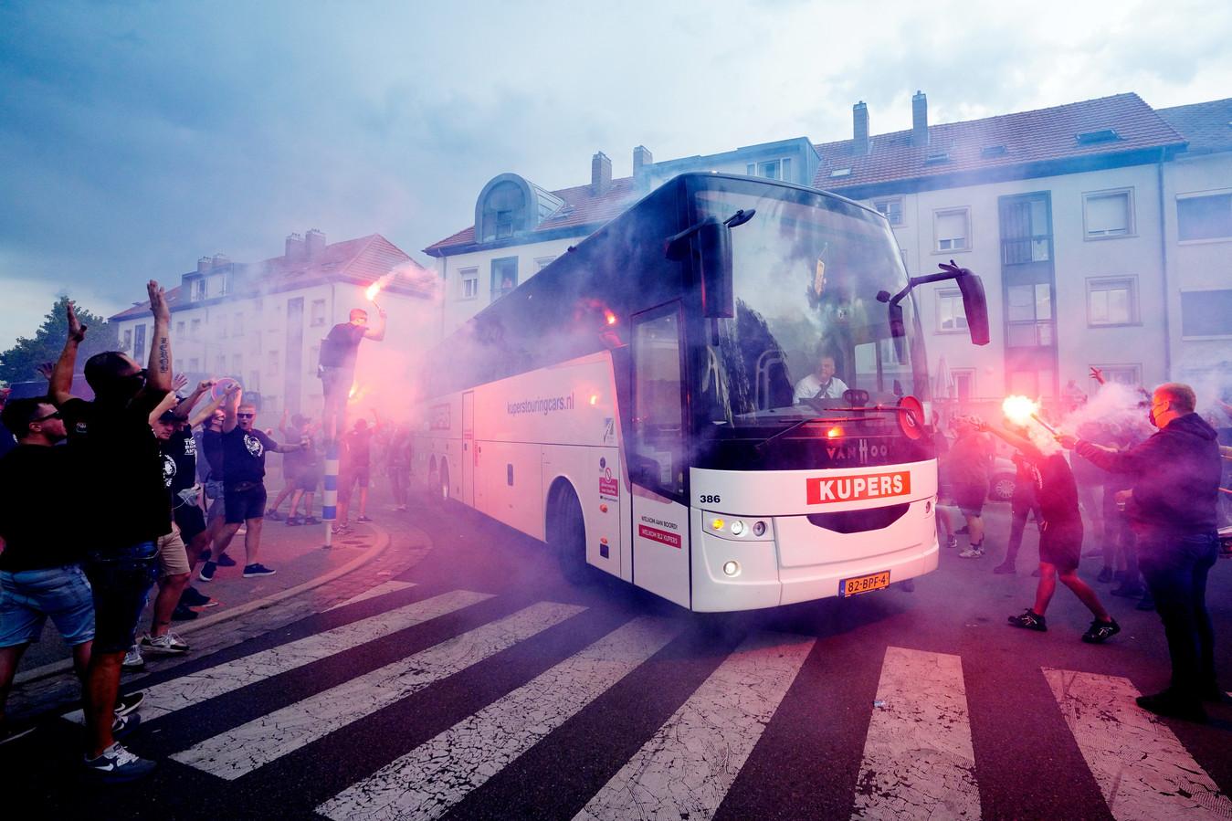 Honderden supporters reisden vorige week woensdag af naar Luxemburg om daar de spelersbus te verwelkomen voor aanvang van de wedstrijd tegen Progrès Niederkorn.