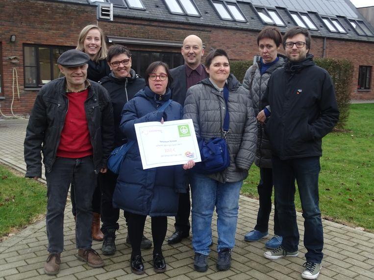 Natuurpunt Ninove-voorzitter Wouter Mertens en initiatiefnemer Joachim De Maeseneer overhandigen de cheque aan vzw Schoonderhage-directeur Sharon Hietbrink en de bewoners Barbara, Eddy, Sarah, Veerle en Marleen.