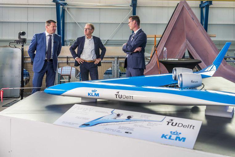 KLM-topman Pieter Elbers (links) en projectleider Roelof Vos (rechts) tijdens de presentatie van het energiezuinige vliegtuigontwerp Flying-V.  Beeld ANP