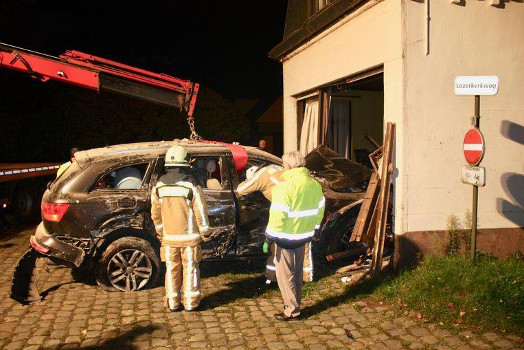 De Audi wordt uit het huis op de Nazarethsesteenweg gehaald.