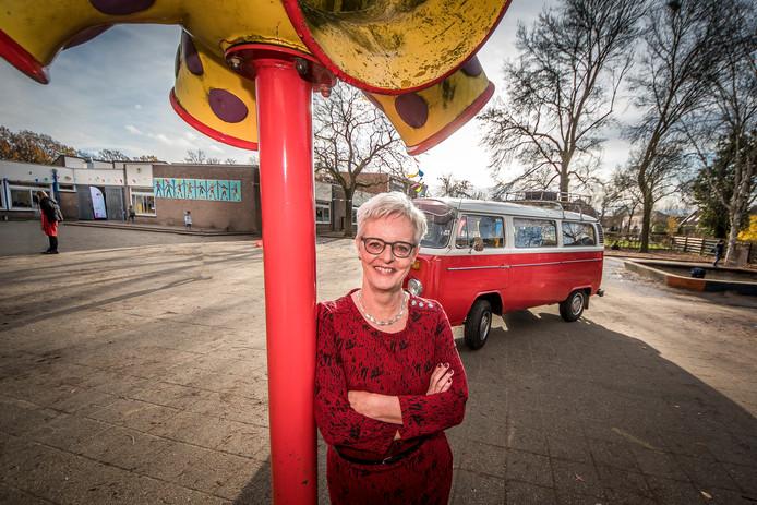 Directeur Fenny de Lange neemt afscheid van basisschool De Huve werd in de ochtend met oud VW bus naar school gebracht