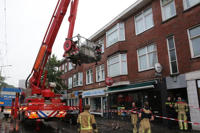 Op de Oudemansstraat is vanmorgen spontaan een deel van een gevel afgebroken