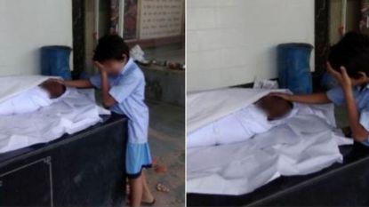 """Hartverscheurende foto van rouwend jongetje bij lichaam vader zorgt voor recordopbrengst: """"Hopelijk heeft hij nu kans op een betere toekomst"""""""