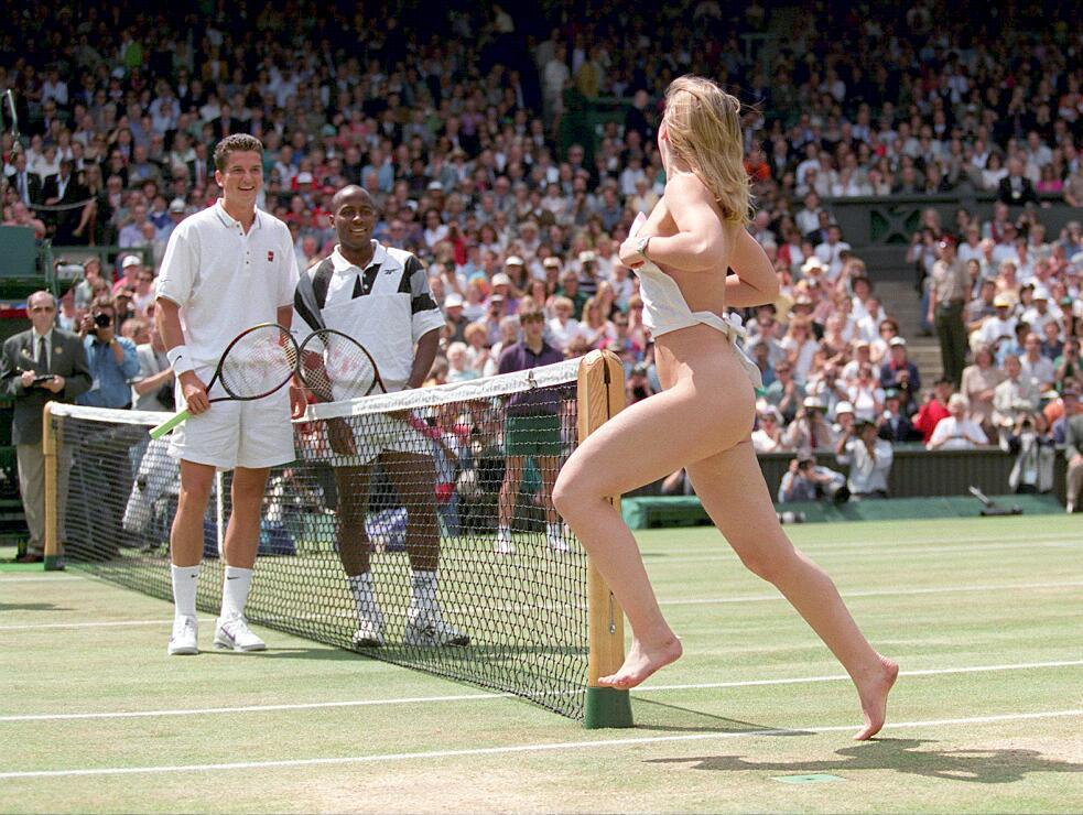 Azimi's plotselinge promotiebonus bij NAC had wellicht hetzelfde effect als deze naakte vrouw bij de Wimbledonfinale van Richard Krajicek. Een onverwacht gek moment, waardoor de Nederlandse tennisser moest lachen en zijn zenuwen vergat.