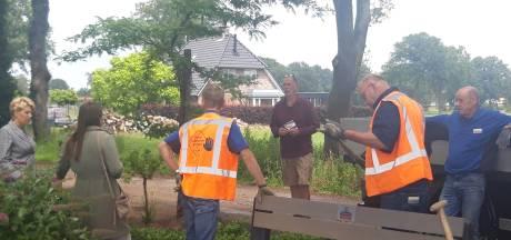 Gemeente plaatst per ongeluk bankje op privégrond in Harbrinkhoek: 'Wat is hier aan de hand? Dit is onze tuin!'