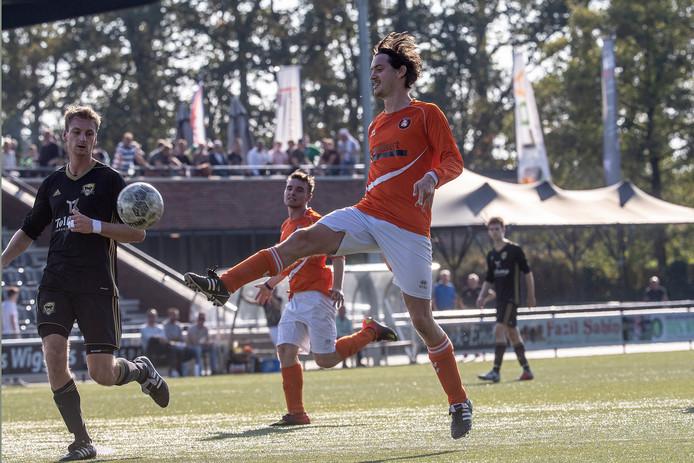 Door een file moest het zaterdagteam van DVV de eerste 35 minuten in Almen met negen man spelen. Foto Jan van den Brink