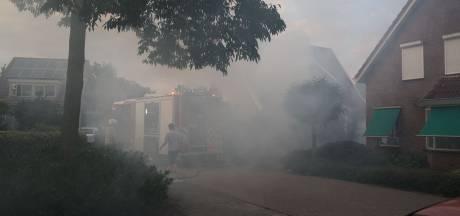 Conifeer in brand bij woning in Wierden