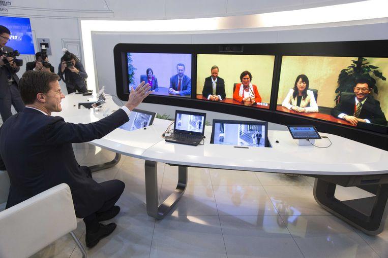 Premier Rutte in 2015 tijdens een bezoek aan Huawei in China. Beeld ANP