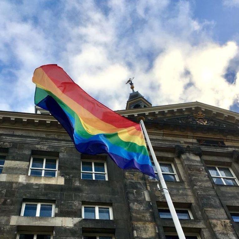 Bij het stadhuis van Den Bosch is de regenboogvlag gehesen, die symbool staat voor de LGBT-beweging. In tal van dorpen en steden wapperen regenboogvlaggen als reactie op de Nashville-verklaring. Beeld RV