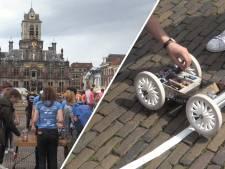 Studenten TU testen hun 'maanlanders' op de Markt in Delft