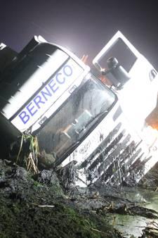 Vrachtwagenchaffeur valt in slaap en schiet van A28 sloot in