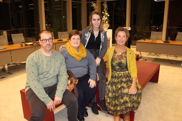 Het pleegzorggezin van Kurt Allaert, Mieke Vertriest en dochter Fien, bij schepen Trees Van Hove. De pleegkinderen staan niet mee op de foto om privacyredenen.