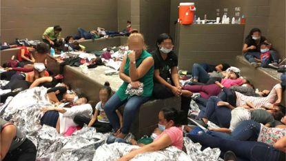 """""""Tikkende tijdbom"""": foto's tonen overbevolking in migratiecentra aan Mexicaanse grens"""