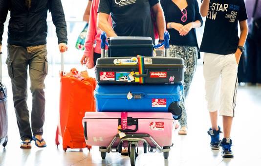 Reizigers met koffers op Schiphol