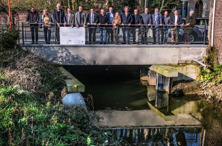 De ondertekening van het charter riviercontract Heulebeek was donderdagnamiddag, aan de Heule in Kortrijk