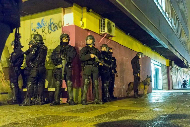Politieaanwezigheid in de cité Paul Eluard in Bobigny, een verpauperde wijk van de Franse hoofdstad. Archieffoto.