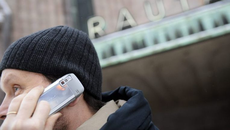 Een man belt met zijn Nokia-telefoon in Helsinki, Finland. Beeld afp