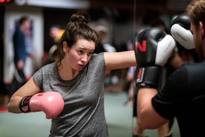 """Kickboksen trekt ook vrouwen aan. Celine Haacke (29) uit Den Bosch: ,,Het is pittig, maar goed voor je conditie."""""""