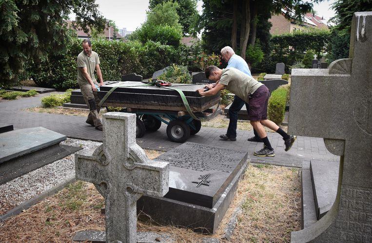 Grafsteen op weg naar nieuwe bestemming.  Beeld Marcel van den Bergh