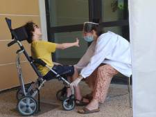 """Maman d'un enfant handicapé, elle accueille un réfugié: """"Les deux ont du mal à communiquer, je dois sans cesse essayer de les comprendre"""""""