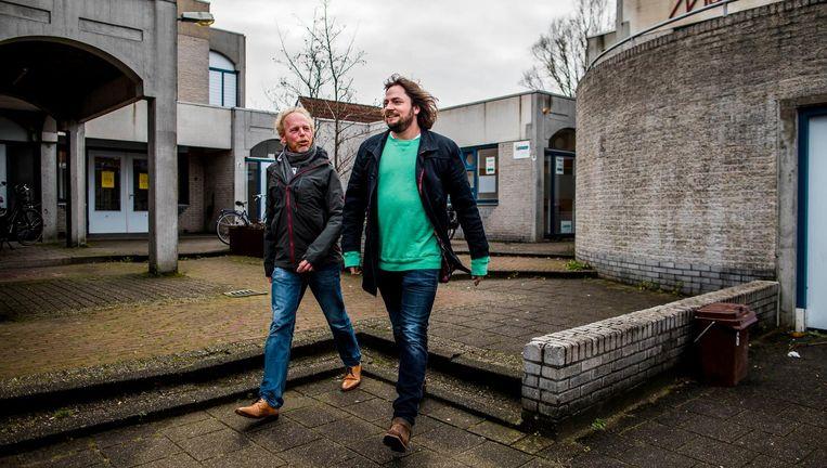 Psychiater Thijs van Oeffelt (rechts) en Joost Coffeng van GGZ in de Wijk op pad in Utrecht Lunetten. Beeld null