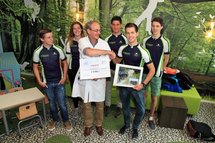 Kinderarts Joost Bonenkamp krijgt de cheque van de leerlingen 2College Cobbenhagenlyceum (v.l.n.r.): Glenn Dekker, Saar Anemaat, Gerben van Rijsewijk, Davy van de Sande en Jasper van Tongeren.