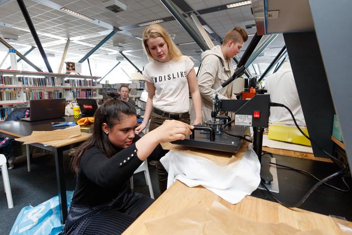In de Nieuwe Veste gaan scholieren aan de slag met technologie en innovatie. Dit keer leerlingen fashion van het Florijn College. Joëlle Zaloumis werkt met een warmte pers om een shirt te voorzien van afbeelding. Achter haar Inge Loos en Fleur Mencnarowski. Foto: Marcel Otterspeer / Pix4Profs