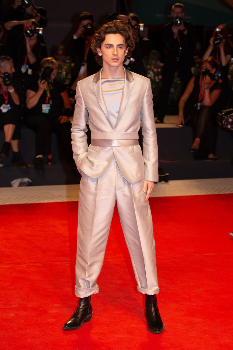 Timothée Chalamet op de rode loper van het Filmfestival van Venetië, van top tot teen gekleed in Haider Ackermann.